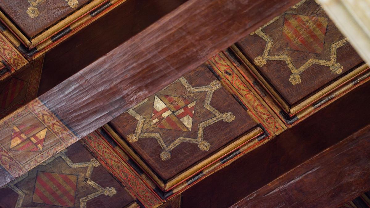 Los escudos descubiertos en el artesonado del techo del Ayuntamiento de Barcelona