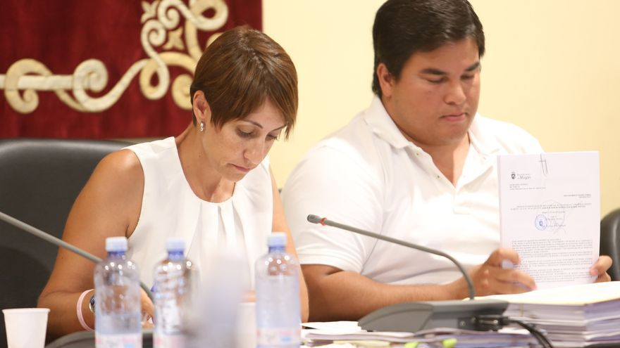 La alcaldesa de Mogán, Onalia Bueno, junto a primer teniente de alcalde del municipio, Mencey Navarro, en un pleno del Ayuntamiento