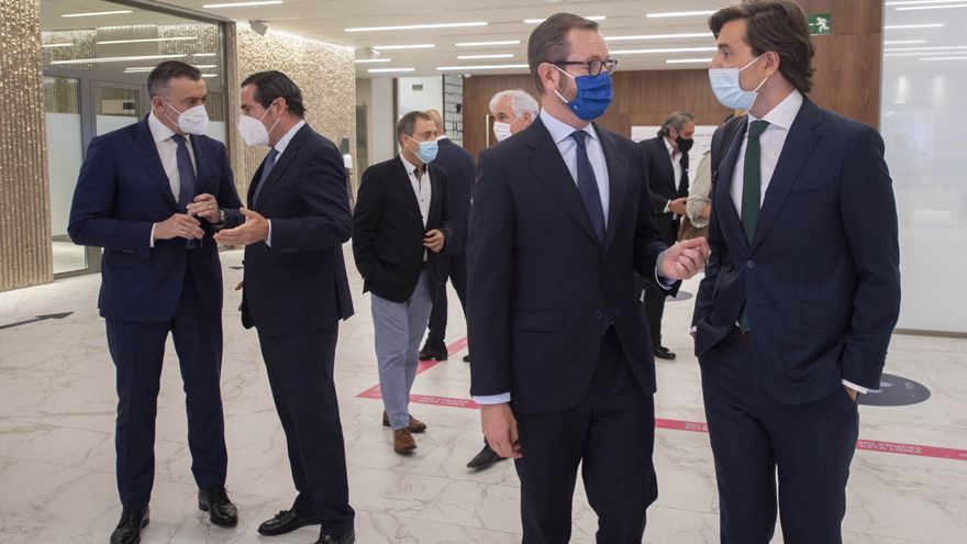 El portavoz del PP en el Senado, Javier Maroto, y el vicesecretario de Comunicación del PP, Pablo Montesinos, conversan durante los Desayunos Informativos de Europa Press en el Auditorio El Beatriz Madrid, a 13 de julio de 2021, en Madrid (España).