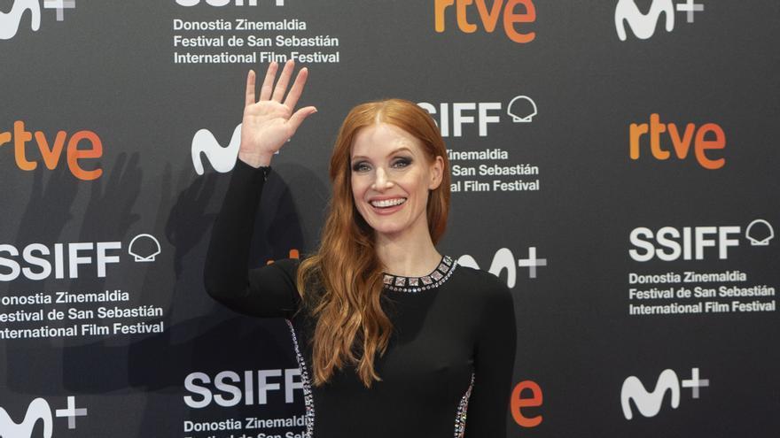 La actriz Jessica Chastain saluda, a su llegada a la premiere de la película 'The Eyes of Tammy Faye', en la 69 edición del Festival Internacional de Cine de San Sebastián.