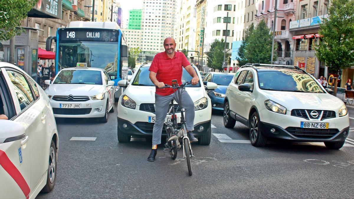 Fernando García en el carril bici de la Gran Vía de Madrid