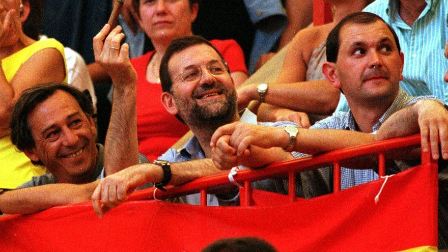 El presidente del Gobierno, Mariano Rajoy, viendo los toros en Pontevedra el 6 de agosto del año 2000, cuando era vicepresidente primero del Ejecutivo / EFE-Miguel Riopa