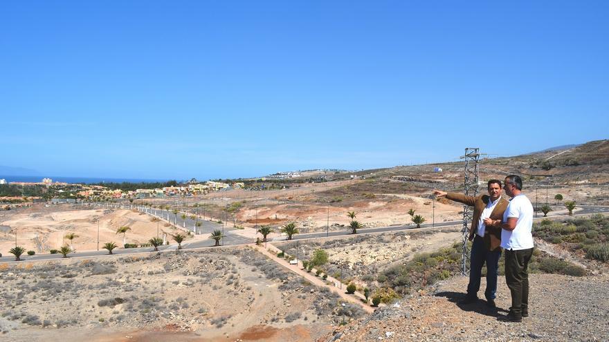 Vista de los terrenos de El Mojón, en Arona, con el alcalde José Julián Mena, con chaqueta