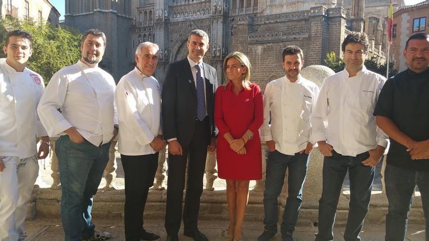 Milagros Tolón junto al presidente de la Diputación y seis famosos chefs toledanos. / FOTO: ayto-toledo.info