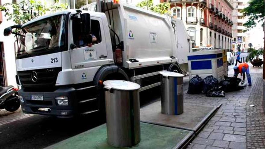 Servicio de limpieza en las calles de Santa Cruz, de la empresa Urbaser, en una imagen de archivo