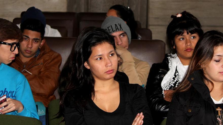 Adolescentes presenciando un juicio por crímenes cometidos durante la sictadura militar argentina. /P.V.