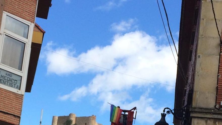 El PP de Aguilar de Campoo ordena retirar con una grúa la bandera arcoíris de la ventana de un edil de IU