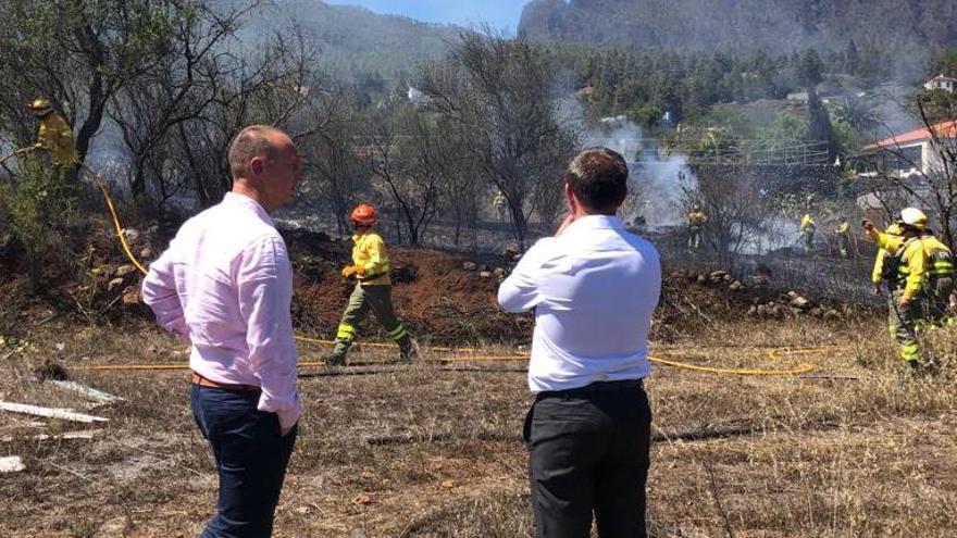 En la imagen, tareas de control del incendio.