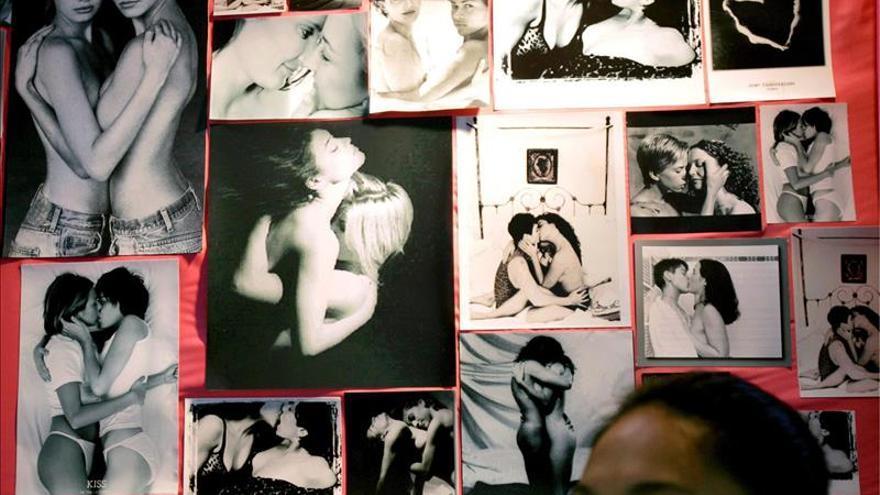 Una mujer delante de una pared llena de fotos de parejas homosexuales en la Conferencia Internacional de Estudios Homosexuales Asiáticos en Bangkok, Tailandia.