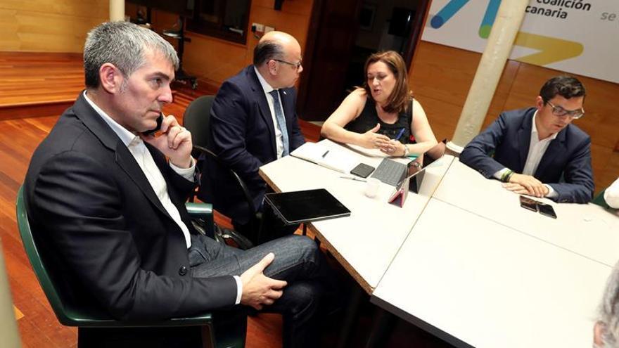 El presidente del Gobierno de Canarias, Fernando Clavijo (i), habla por teléfono durante el comité permanente de Coalición Canaria