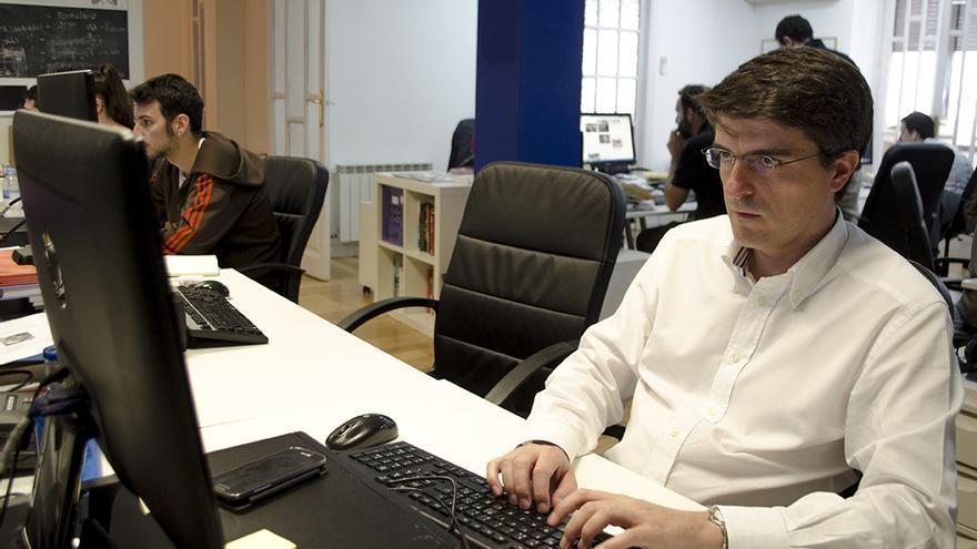 Jorge Morales de Labra, contestando preguntas con su propio teclado en la redacción de eldiario.es / A. Navarro