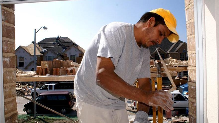 Operario de la construcción en plena jornada de trabajo