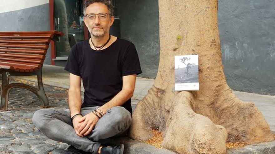 Yose Fernández junto a su libro 'Pensar un árbol'.
