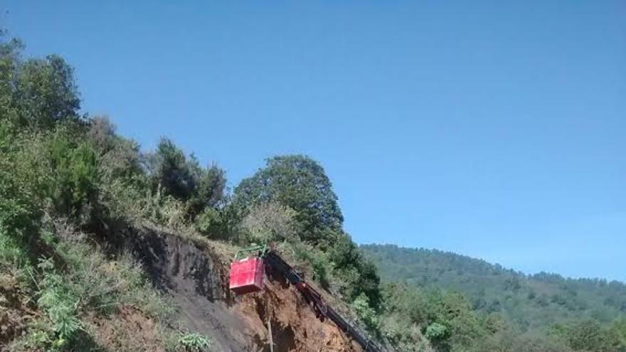 En la imagen, tareas de gunitado de un talud en el kilómetro 8 de la vía LP-3, carretera La Cumbre, para garantizar la seguridad vial de los conductores que transitan por la zona.