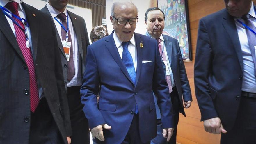 Essebsi llega a Argel para una visita de Estado