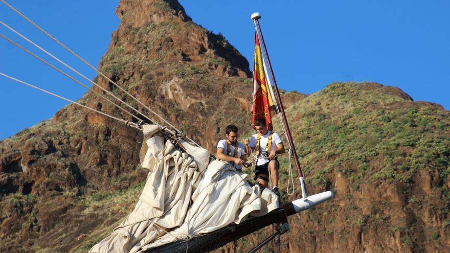 La tripulación realizando labores marineras. Foto: JOSÉ AYUT