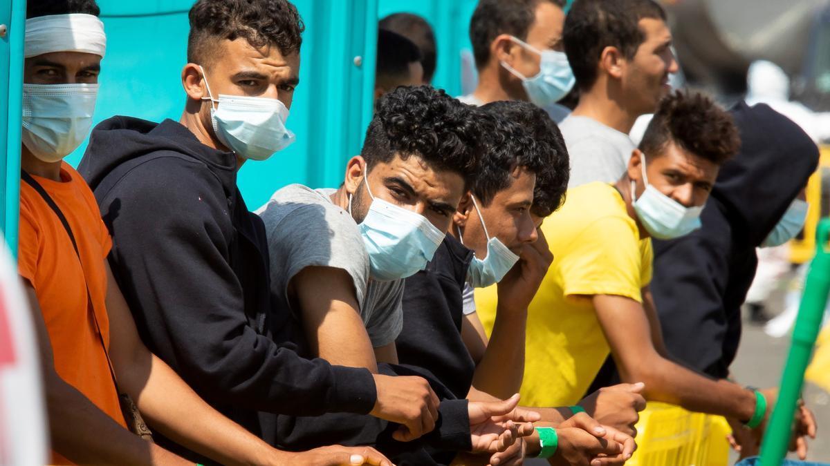 Un grupo de migrantes en el muelle de Arguineguín, al sur de Gran Canaria