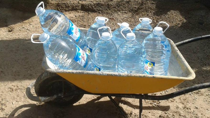 Garrafas de agua donadas por particulares para el albergue de Tobarra