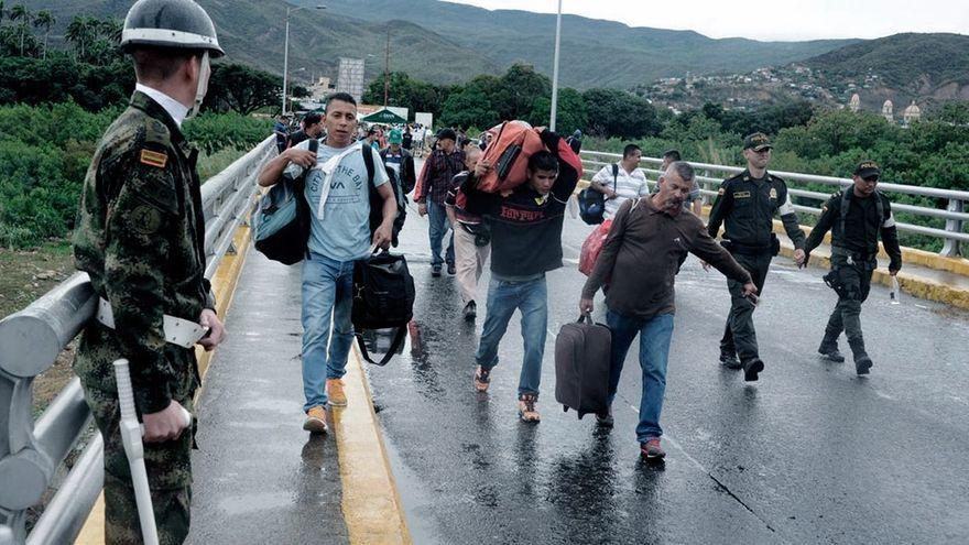 Migrantes venezolanos cruzando la frontera.