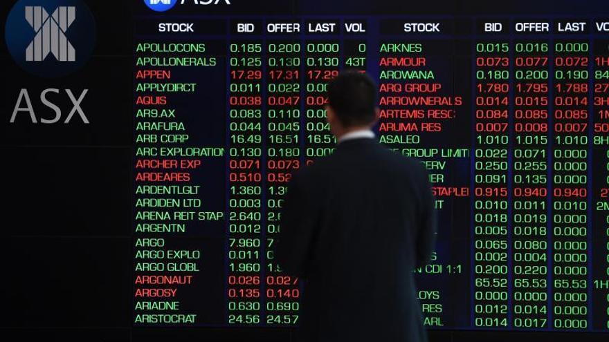 Un panel nformativo muestra información bursátil, en Sídney (Australia).