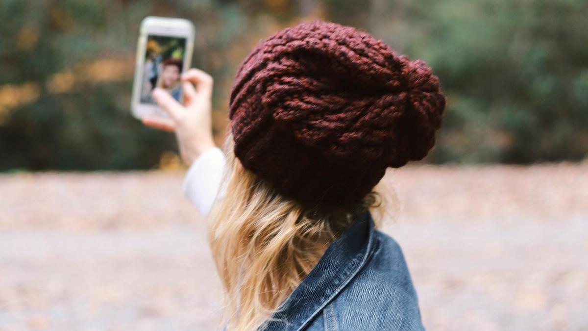 Una mujer se hace un 'selfie'.