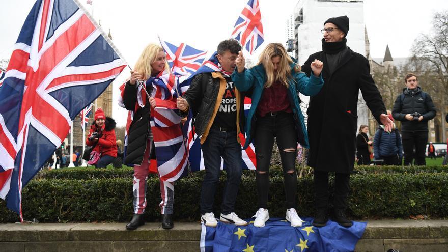 Partidarios del Brexit pisan una bandera de la Unión Europea en Londres