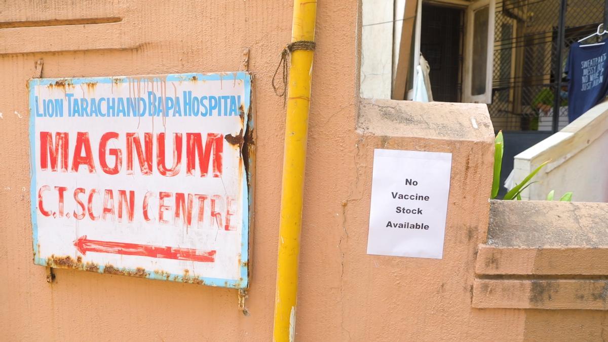 """Un centro de vacunación contra la COVID vacío en Mumbai. En muchos centros de vacunación de COVID-19 en India se han visto carteles de """"NO HAY VACUNAS""""."""