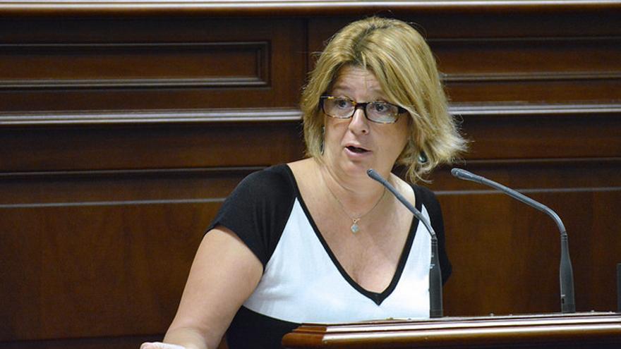 Josefa Luzardo en un pleno del Parlamento de Canarias