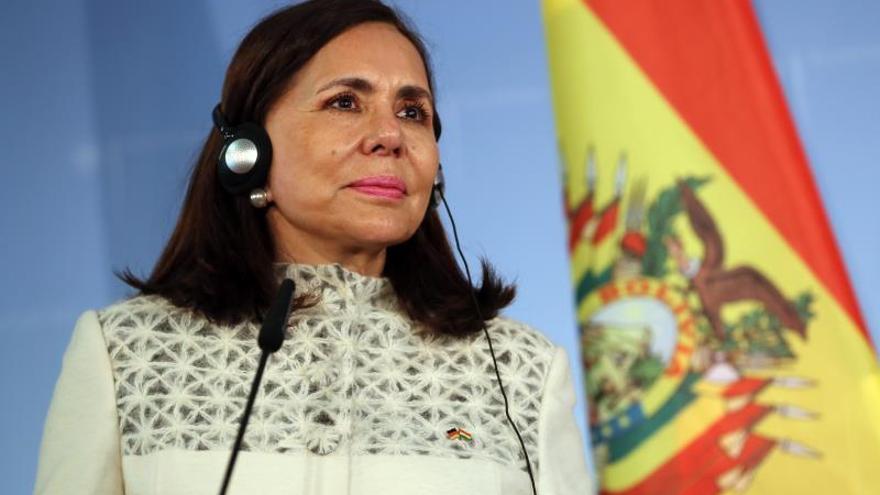 """La canciller interina de Bolivia, Karen Longaric, manifestó que la repatriación de extranjeros no representa """"ningún peligro para los bolivianos"""" y """"no debería haber ningún cuestionamiento"""", porque es una medida que se enmarca """"en normas internacionales""""."""