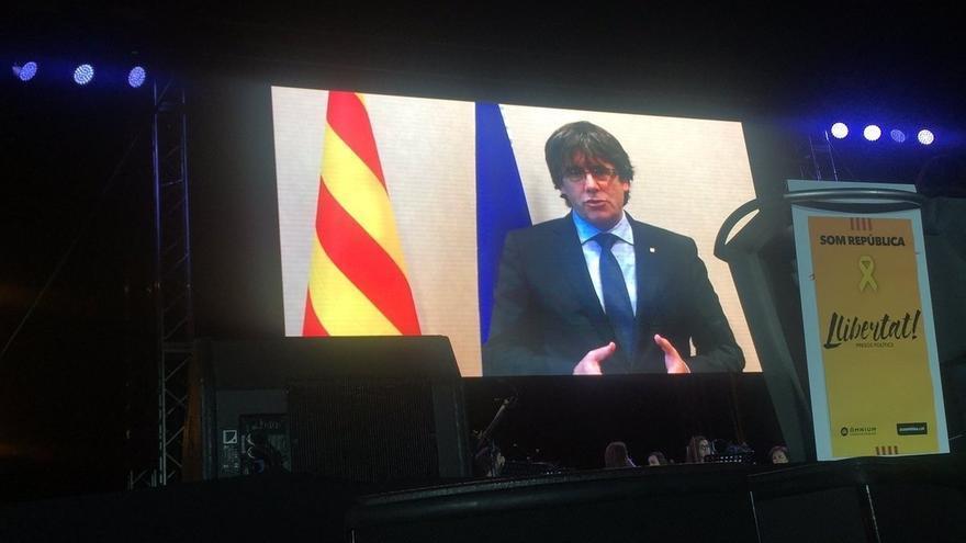 """Puigdemont pide desde Bruselas a los manifestantes de Barcelona que sigan """"muy activos"""""""