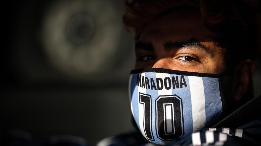 Un hombre usa un tapabocas de Diego Armando Maradona en la ciudad de Buenos Aires (Argentina).
