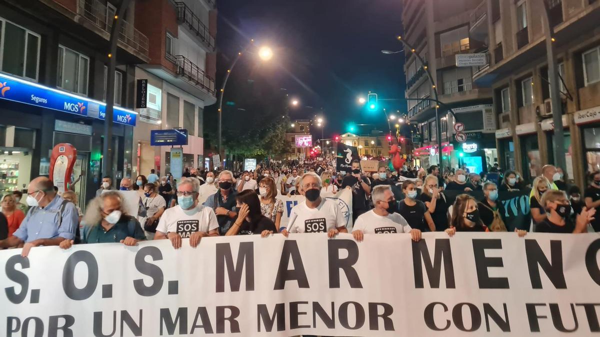 Una de las pancartas que encabezaban la manifestación en favor del Mar Menor