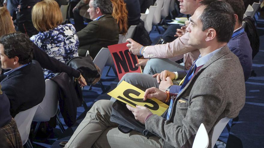 Los compromisarios del 18 congreso del PP, con sus cartulinas de votación.