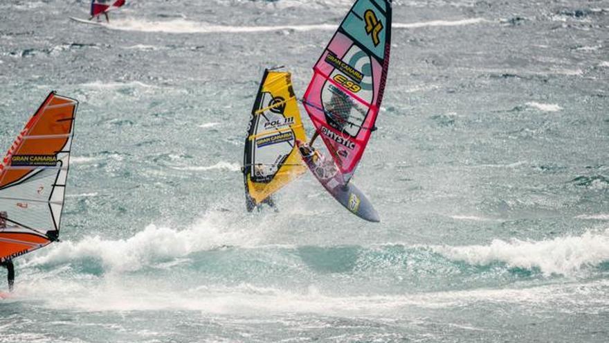 Miguel Chapuis en la competición en categoría junior en el Gran Canaria Wind and Waves Festival