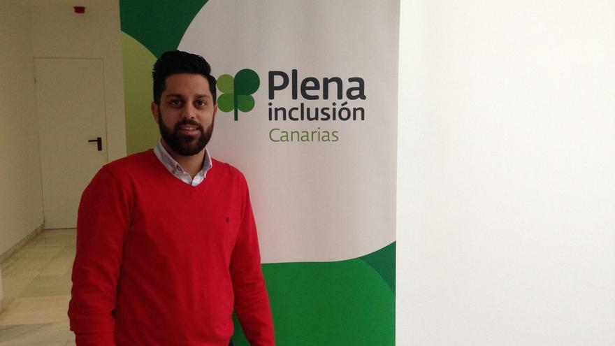 Moisés Oliva es trabajador social y miembro de Plena Inclusión Canaria.