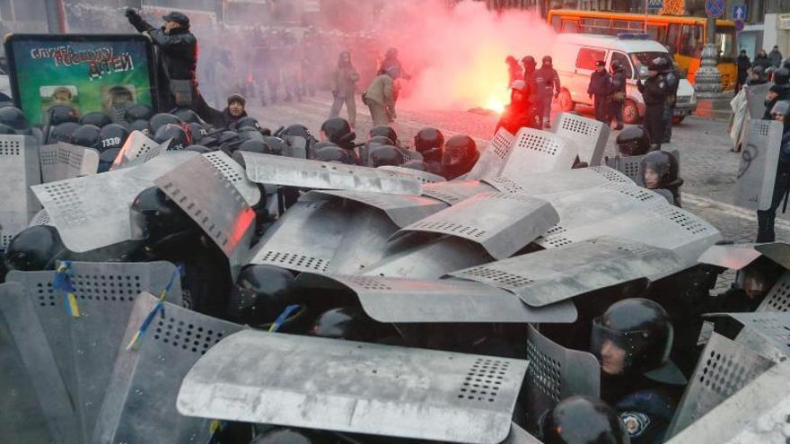Más de 70 policías heridos en choques con manifestantes en el centro de Kiev