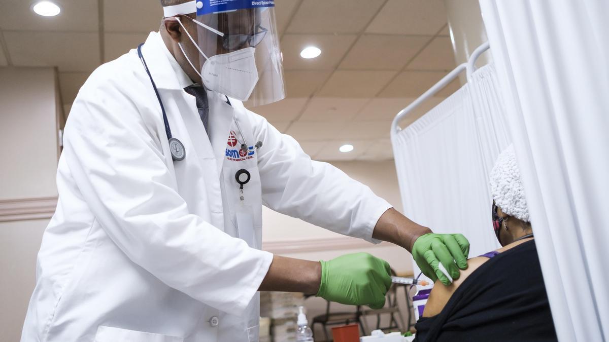 Una persona es vacunada en Nueva York, EE.UU.