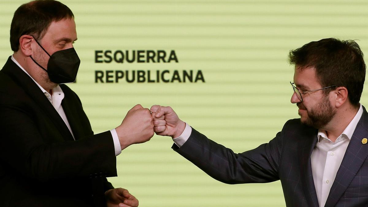 El candidato de ERC a la presidencia de la Generalitat, Pere Aragonès y el presidente del partido, Oriol Junqueras, este domingo. EFE/Alberto Estévez