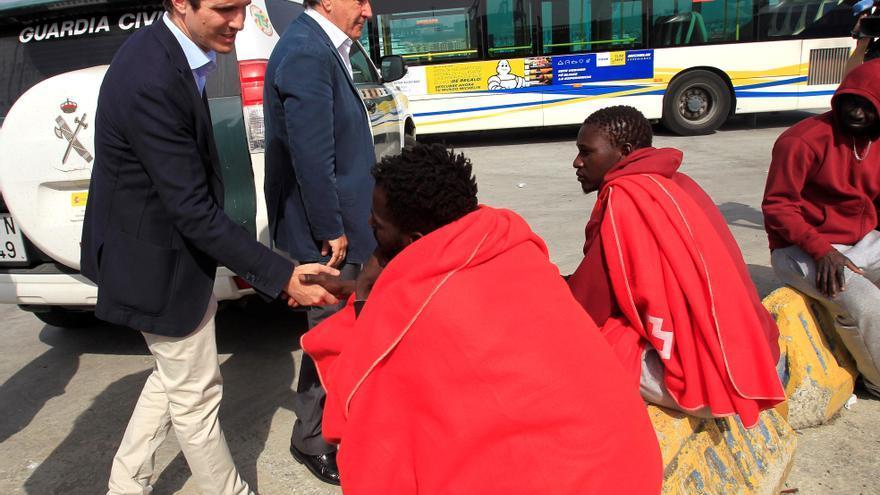 El presidente del PP, Pablo Casado durante su visita en Algeciras (Cádiz) a las instalaciones para la atención de inmigrantes