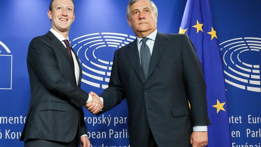 El fundador de Facebook, Mark Zuckerberg, junto al presidente del Parlamento Europeo, el italiano Antonio Tajani.