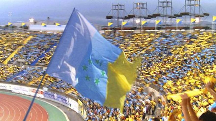 Bandera de las siete estrellas verdes en el Estadio de Gran Canaria