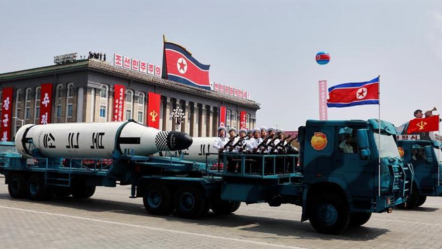 Corea del Norte celebra con sus científicos el lanzamiento de su último misil