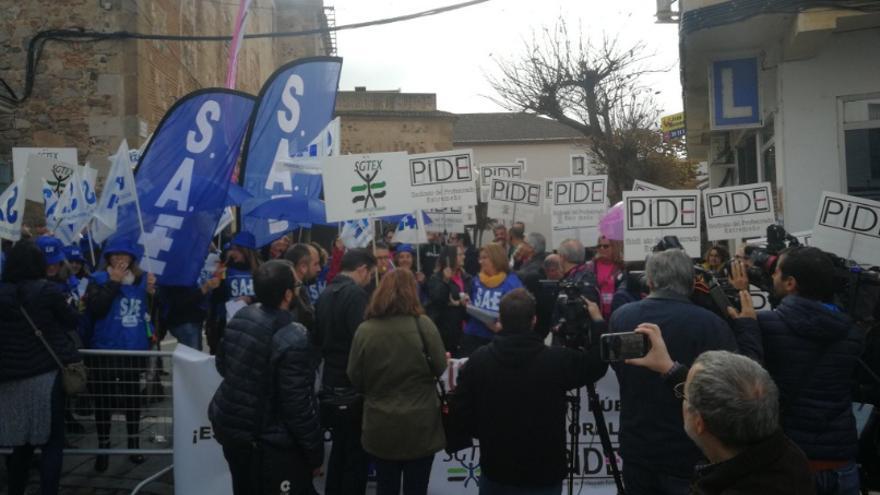 Concentración de representantes de los empleados públicos de Extremadura, convocados por PIDE, SAE y SGTEX