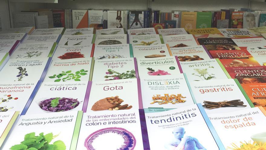 Libros de la Editorial Dilema, en el puesto de la Librería Verde en la Feria del Libro de Madrid, en el parque del Retiro