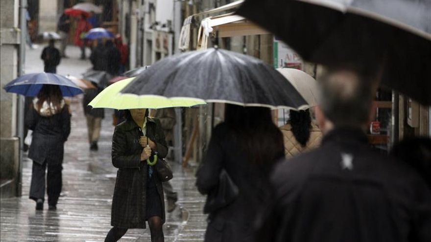 Media España continúa en alerta por lluvia, intenso oleaje o fuerte viento