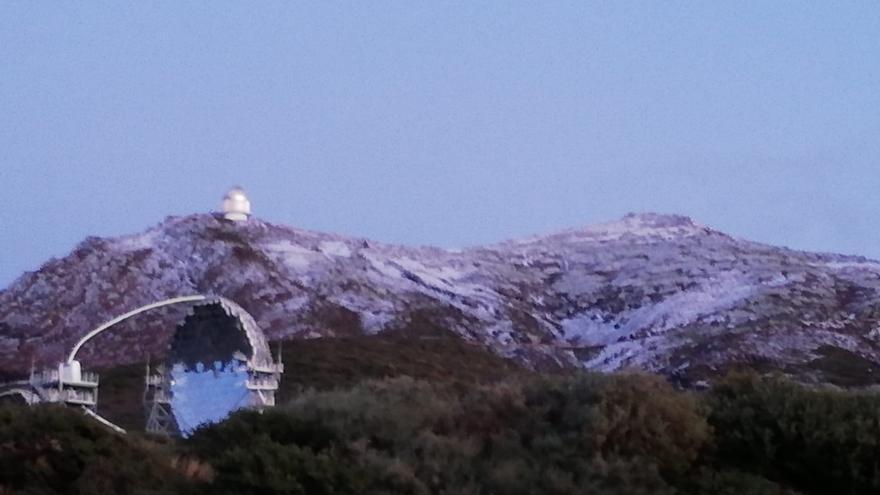 Imagen captada  en tarde del lunes de las cumbres del entorno del Observatorio de Astrofísica del Roque de Los Muchachos, tras la primera nevada.de 2020,