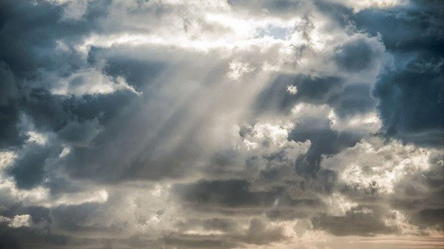 Canarias alternará cielos nubosos con lluvias débiles, calima, calor y viento
