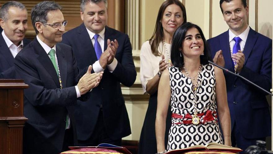 La presidente del Parlamento de Canarias, la socialista Carolina Darias, es aplaudida por los diputados tras su toma de posesión en el pleno constitutivo de la IX Legislatura del Parlamento regional. (EFE/Cristóbal García)