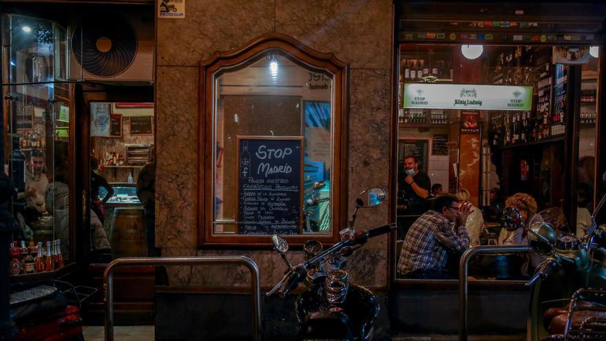 Un bar abierto en el centro de Madrid el 23 de octubre de 2020, antes de la implantar el toque de queda en la capital