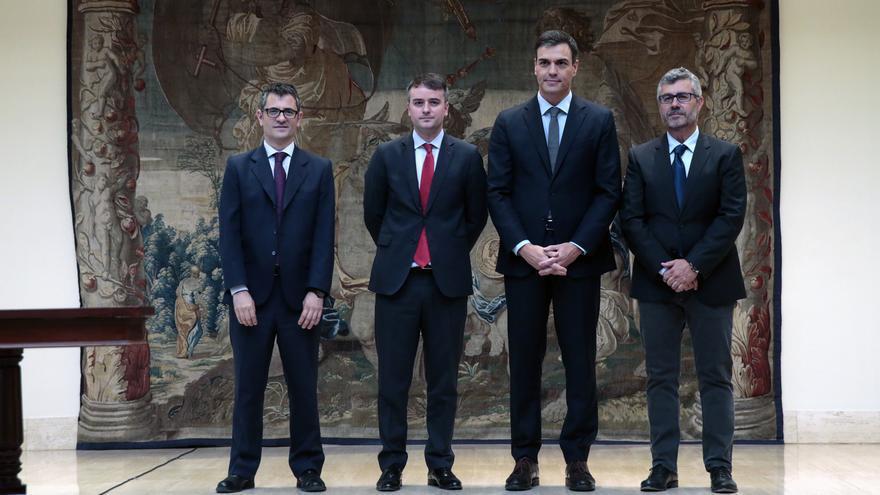 El presidente del Gobierno, Pedro Sánchez, junto a Félix Bolaños, Iván Redondo, y Miguel Ángel Oliver en su toma de posesión.